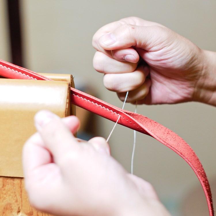 ヌメ革のトートバッグの持手を縫う