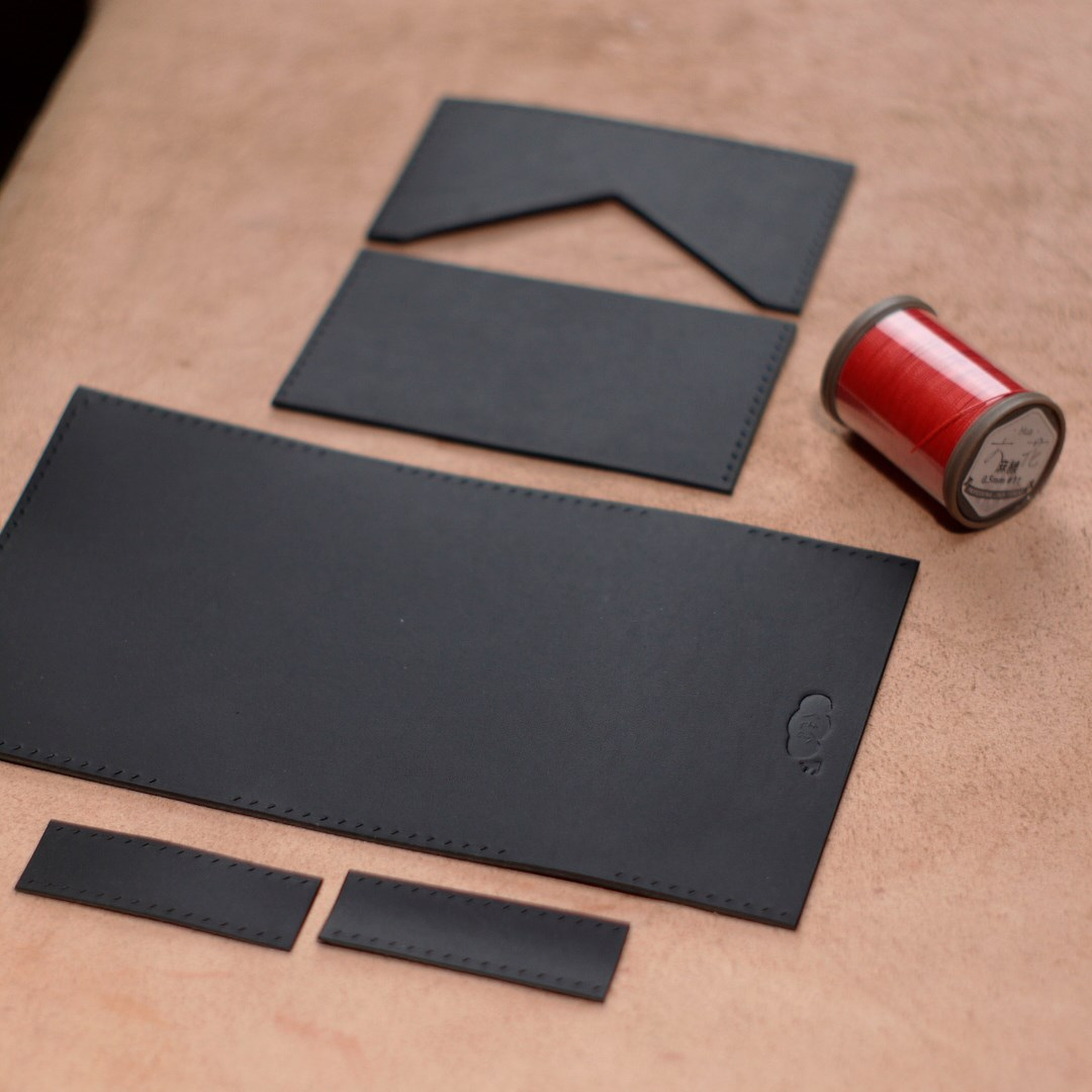 黒革と朱糸のカードケース3型をつくる