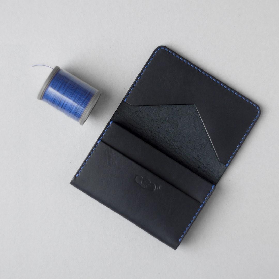 黒革と瑠璃色糸のカードケース3型をつくる