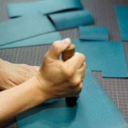 青い手縫いの長財布1型をつくる