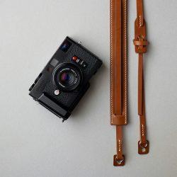 キャメルのカメラストラップとネイビーのブックカバー完成しました