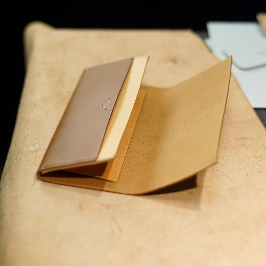 コニャックと生成りの長財布2型をつくる