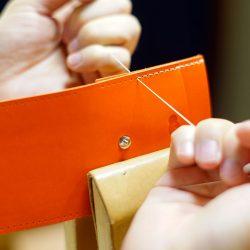 オレンジ色のコインケース2型とワイン色のカメラストラップ2型をつくる